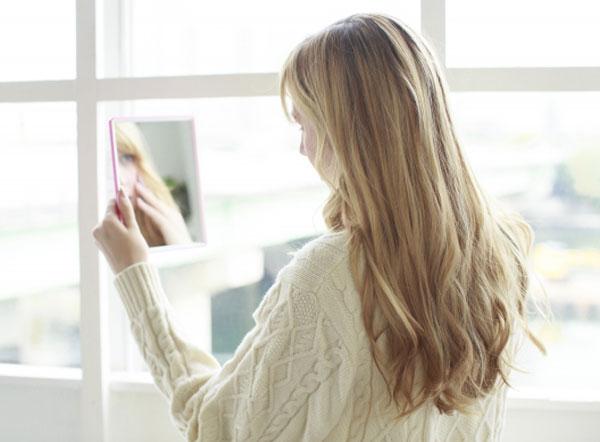 鏡を見る少女の写真